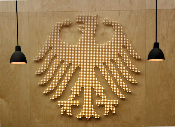 Bundesverfassungsgericht_Bundesadler_Karlsruhe_(Foto_Hilarmont)-600